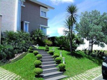 Casa em aclive com jardim frontal
