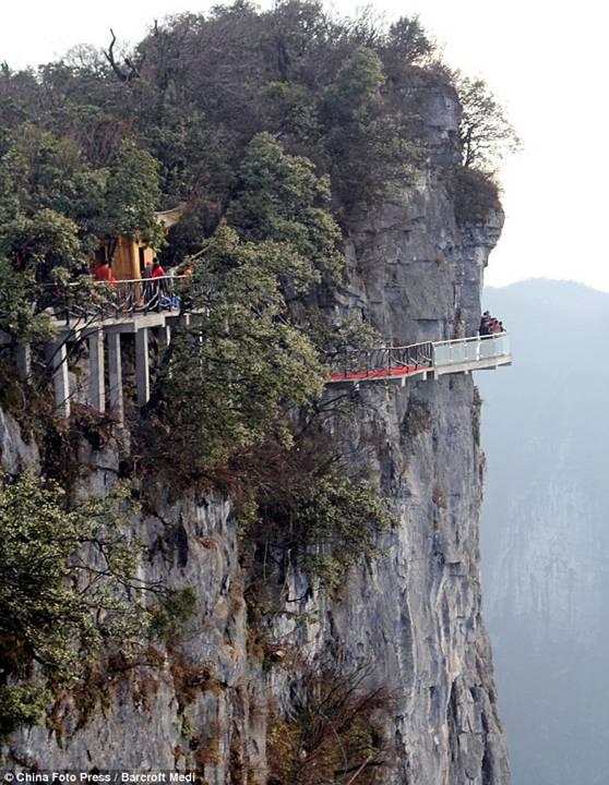Ponte ao redor da montanha Tianmen, na China