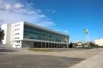Palácio do Igauçu em Curitiba- foram feitas readaptações dos espaços internos e mudanças na fachada original, de vidro transparente que foi substituída por uma de vidros verdes