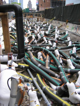 Tubos utilizados para bombeamento do Nitrogênio durante a obra de expansão da linha 7 do metrô de Nova York
