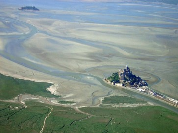 Construído sobre um monte à beira-mar, o mosteiro só pode ser acessado a pé durante a maré baixa. Sua grandiosidade torna-o um dos pontos turísticos mais famosos do país, com uma frequência anual de mais de 3,5 milhões de visitantes.