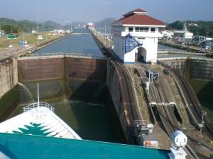 Fechamento dos portões da eclusa. Fonte: panamat8.blogspot.com.br/