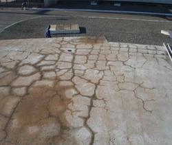 Vista da superfície do bloco de ancoragem com fissuração procedente de reação tipo álcali-agregado. Fonte: www.concretophd.com.br