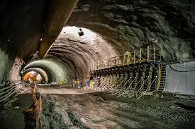Construção de um túnel, um dos projetos em que o geotécnico atua. Fonte: Porto Nova