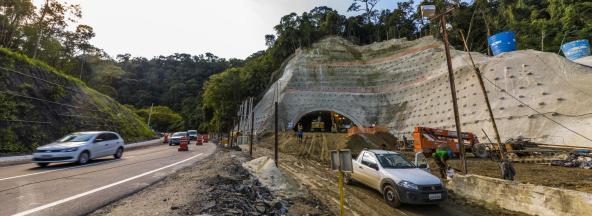 Escavações na área de emboque do túnel