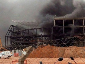 25out2013---incendio-atinge-canteiro-de-obras-da-arena-pantanal-em-mato-grosso-1382728436681_800x600