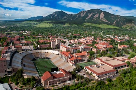 VIsta do Campus com as Flatirons Mountains ao fundo