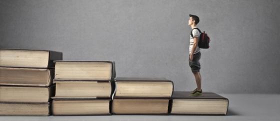 estudante-subindo-pilha-livros